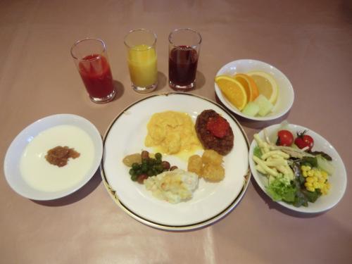 今日の朝食ビュッフェは洋食中心のメニュー(写真)にする。和食のおかずも少し追加して朝のひと時を楽しむ。