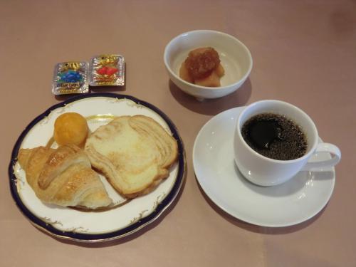 最後はパンとコーヒー(写真)で締める。