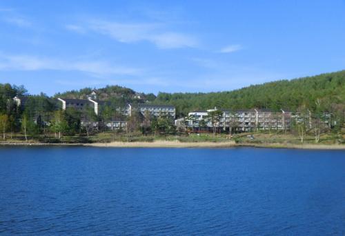 女神湖畔を一人占めしたように建つ「ホテルアンビエント蓼科」(写真)。ホテル棟1棟(34室)、コンドミニアム棟3棟(93室)の堂々としたホテルである。