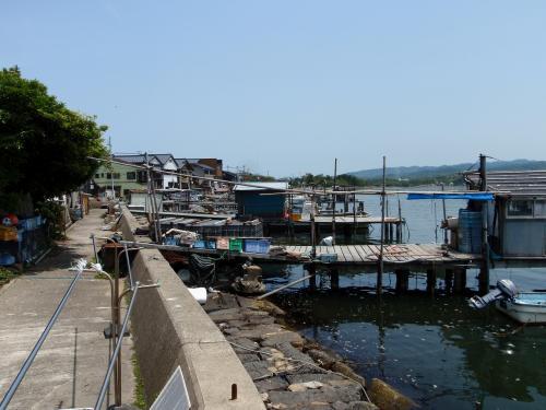 ここの釣舟は久美浜湾に面した民宿の前に桟橋があり、そこから出船します。<br />湾内には多数の仕立て船や漁師さんの船が停泊しています。<br />伊根の舟屋ではありませんが、自分の家の前の桟橋から出船できるのでとても便利だと思います。