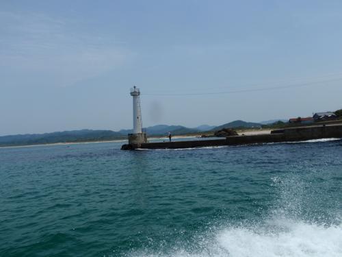 その後久美浜湾から日本海に出ていきます。<br />向こうに見えるのは久美浜の天橋立の小天橋です。<br />この写真ではよくわかりませんが、山の展望台から眺めると天橋立のように見えます。<br />ちなみにここは海水浴場になり、夏場は大いに賑わいます。<br />