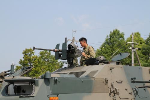 82式指揮通信車、機銃の整備を入念に行っておられました。