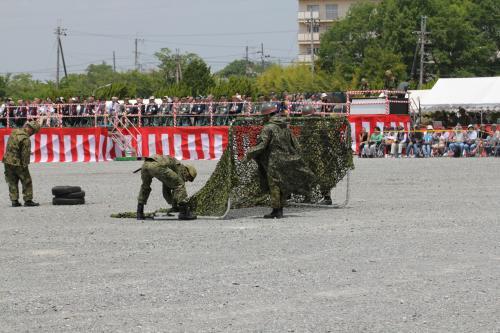 敵部隊が展開し、式典に続き、模擬戦闘が始まります。<br />