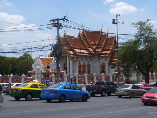 動物園を後にして、向かいの<br />「ワット・ペーンチャマポピット(大理石寺院)」<br />に向かいます。