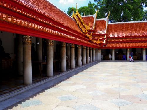 寺院の後ろが廟のような作りになっていて、タイ仏教のさまざまな偉い僧侶の仏像がありました。