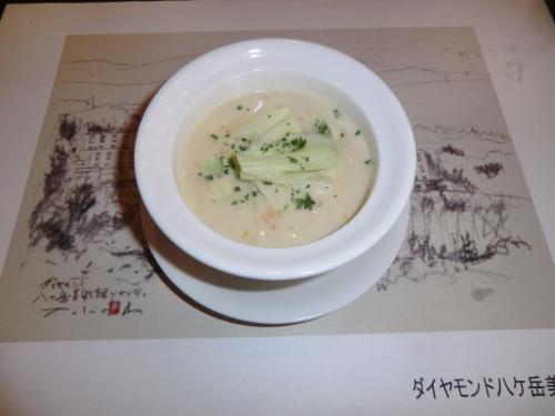 スープ「あさりのクラムチャウダー」(写真)濃厚でうまい。