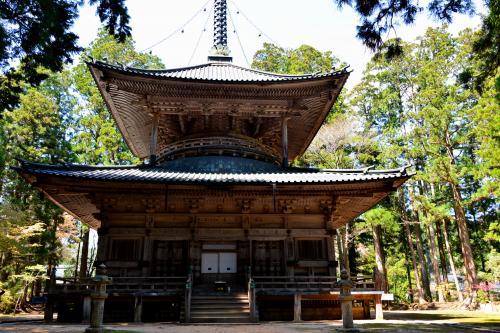 杉木立に囲まれるように風格のある塔が建っていました♪<br /><br />この「西塔」(国指定重要文化財)はその高さが約27メートルある多宝塔で、現在の塔は江戸時代後期の1834年に再建されたものだそうです。