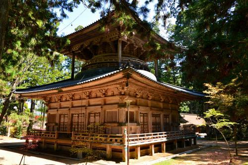 う〜〜ん。<br />朱色に飾り立てられた塔もいいですけど、こういう木造の美しさがストレートに表れているのもステキですね〜。