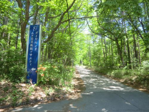 持参の自転車(マウンティンバイク)に乗り、ホテルから出発して山道を登る。すぐにギブアップして自転車から降りて歩く。