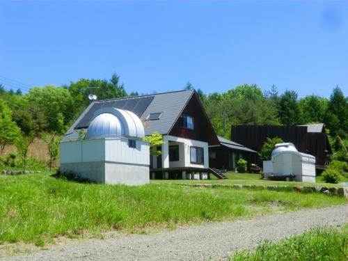 歩きながら周囲の別荘を見学する。これが楽しい。天文台付き別荘(写真)、しかも天文台が2棟もある。ここまで徹底すればご立派である。