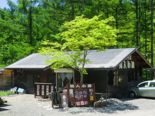 八ヶ岳高原ラインを清里方面に走る。途中、仙人小屋の横を通る。