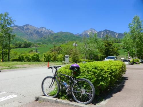 まきば公園の背後には八ヶ岳連峰が迫り、主峰「赤岳」が目の前に見える。