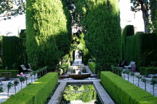 ナスル宮殿からかなり離れたところにあるヘネラリフェは、王が宮廷の雑務からのがれて憩いの時を過ごすための場所だったそうです。<br /><br />ただ、この庭園は昔からあったわけではないそうで、1951年に美しく改造され出来上がったものだそうです。<br />