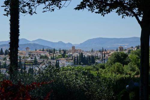 わき道からは、アルバイシン地区の市街が見下ろすことができます。<br />