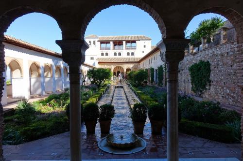「アセキアの中庭」が見えてきます。<br />この景色もアルハンブラを代表する景色としてよく登場します。