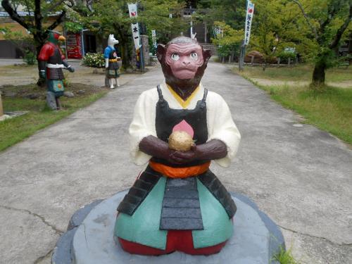 一の鳥居の手前に坐す猿。吉備団子を大事そうに持ってらっしゃる…。