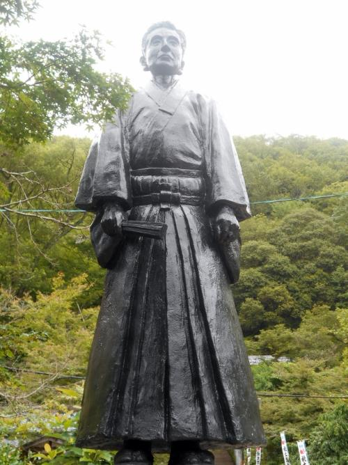 初代宮司川治蘇山の立像。犬山観光開發の先駆者にして此地に公園を設け桃太郎神社を祭祀す、と裏に記されていました。