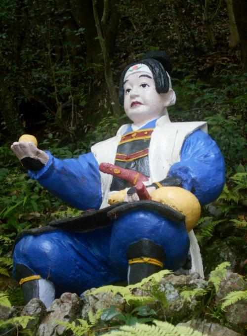 石段参道を上りきった先正面にいた最上段の桃太郎。二の鳥居にいた桃太郎さんからえらい立派になっちゃって…。でもさっさと吉備団子を犬にあげたら…。