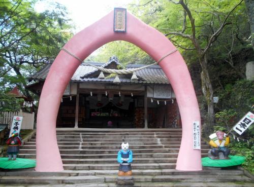 拝殿手前の桃型鳥居。これは日本で唯一なんじゃないかな?