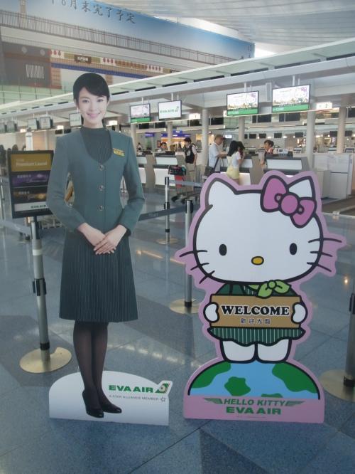 往復はエバー航空のハローキティジェットで向かいます!<br />カウンターでは早速キティちゃんがお出迎えです><<br />可愛い〜〜