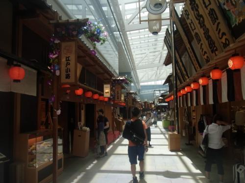 出発前に空港内で小腹を満たすことにしました!<br />江戸時代の街並みを模していて楽しいです♪<br />外国人旅行者にも喜ばれそうですね^^