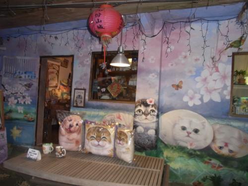 階段の脇には出店もたくさん!<br />ここは可愛い猫グッズを売っているお店ですね♪
