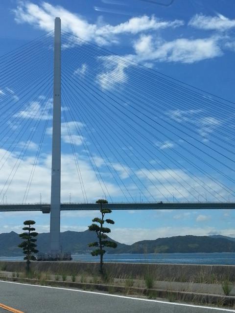 広島県から 瀬戸内海のいくつもの島を経て<br />四国に渡るには 沢山の大きな橋を渡ります<br />いろんなタイプが見られて 楽しい〜<br /><br />こんなのや<br />