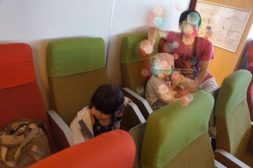 シンガポールからフェリーで移動。<br />フェリー内は寒いと聞いていましたが、寒かったです。<br />飛行機と同じくらいの寒さ。<br />空いていたので、席はガラガラ。<br />あまり揺れず、全く酔わなかったです。<br />他のお客さんも酔ってる人はいませんでした。<br /><br />前のモニターでアニメを上映してくれます。