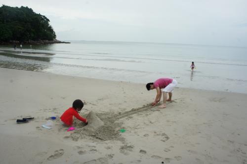 海まですぐです。<br />早速砂遊び。<br />めっちゃ遠浅なんで、娘たち全然怖がりません。<br />どこまで行っても遠浅。<br />砂遊びグッズは日本の100均で買って持ってきました。