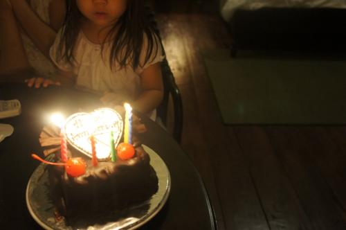 7回目の結婚式記念日とメールでさりげなく伝えていたら、ケーキをプレゼントしてくれました。<br />美味しかった。<br />結婚記念日じゃなく、結婚式記念日って(笑)<br />どんだけ記念日って作れるんやろ?<br /><br />そして就寝。<br />