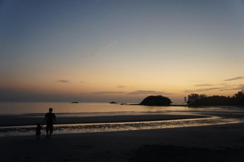 朝、六時ごろに起きてビーチで朝焼けを堪能。