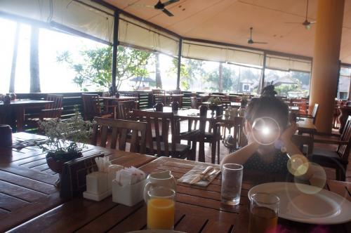 テラスでのんびりしてから、朝食へ。<br />子供たち無料です。<br />オープンなので、気持ち良いです。