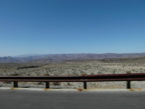 3日目、セドナへ向けて1泊2日の小旅行に出発です。<br />ベガスからフーパーダムを経由し93号線を南東へ。<br />砂漠地帯をひたすら走ります。<br />
