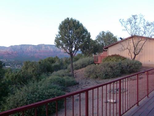 セドナ到着は夕方になりました。<br />お宿はスカイランチロッジ。<br />リムビューを予約していたので、眺めは最高でした。<br />