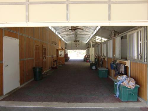 ベガス市内に厩舎があります。