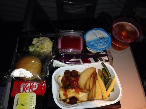 QR807便での最初の機内食(夕食)です。<br />前菜(オルゾーパスタ・鮭・大豆とコーンのサラダ)<br />メイン(タラの切り身蒸しトマト&ケイバーオリーブソース掛け・ローストポテト・豆とベイビーコーンの蒸し物)<br />デザート(ミックスベリーのムース)<br />ロールパン<br />ミネラルウォーター<br />もちろんビール(ハイネケンだったようです)もオーダーしました!
