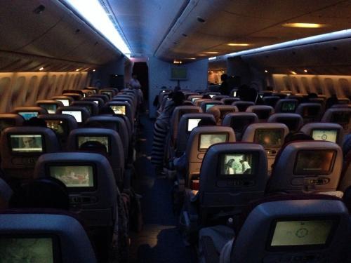 QR807便の機内の様子です。<br /><br />この機内で、旅行の<br />【2日目】7/18(金)<br />を迎えました。
