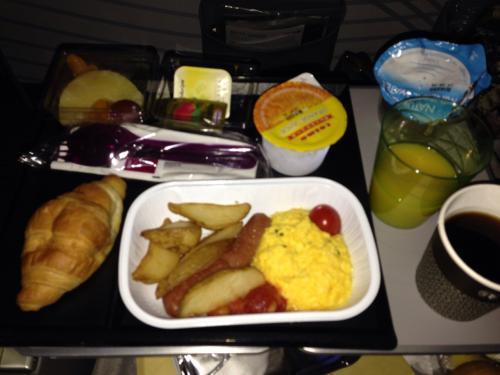 QR807便での2度目の機内食(朝食)です。<br />前菜(季節のフルーツ)<br />メイン(クリーミースクランブルエッグ・ハーブポテト・チキンソーセージ・チェリートマト)<br />クロワッサン<br />ミネラルウォーター<br />オレンジジュースと食後のホットコーヒーもオーダーしました!