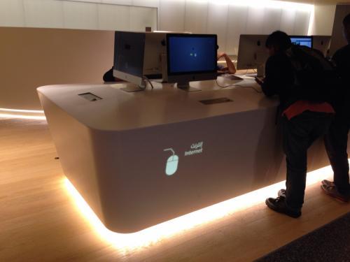 ドーハの「ハマド国際空港」は新しく改装されたばかりのようで綺麗でとても快適でした。アップルのインターネットコーナーがありました。ここを使わなくてもターミナル内の無線LANにも当然ながら無料でアクセスできましたよ。
