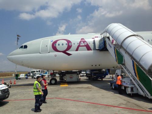 イスタンブール「アタテュルク国際空港」に到着!<br />ボーディングブリッジではなく、タラップでの降機で、この後バスで到着ターミナルへ移動。