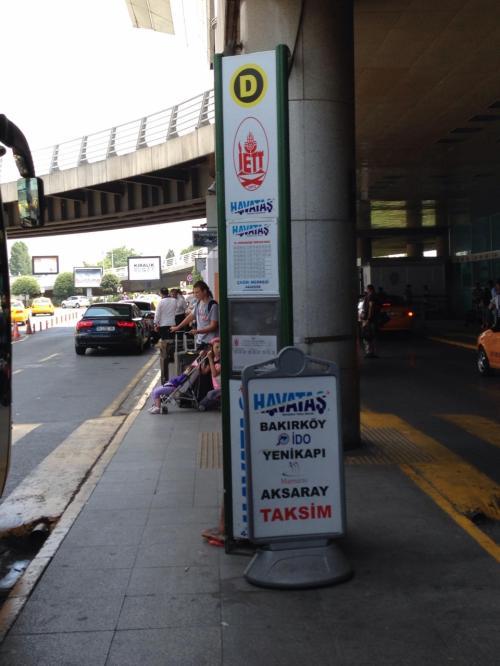 両替を終えた後、到着ロビーを出て、空港シャトルバス「HAVATAS(ハワタシュ)」の乗り場へ移動。ここからバスに乗ってイスタンブール新市街のTAKSIM(タクスィム)というところまで行きます。