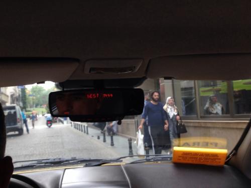 TAKSIMから宿泊ホテルConrad Istanbulへ向かうタクシーの中です。ルームミラーに赤い電光のデジタル時計が埋め込まれていました。