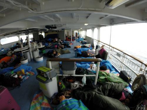 席なし券の人であふれかえる甲板。朝は比較的空いて、それでもこんな感じ。<br />雨降ってなくてよかった。波風弱くてよかった。<br />