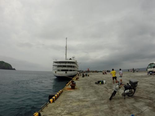 神津島、やわらかにゆっくりと着岸。<br />