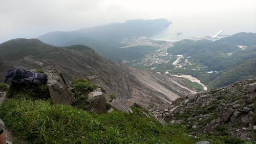 山頂から集落、港をみおろす。<br />