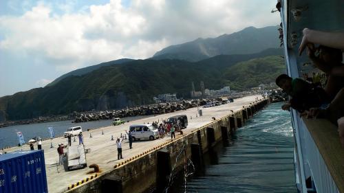 神津島出港。さよーならー。またねー。