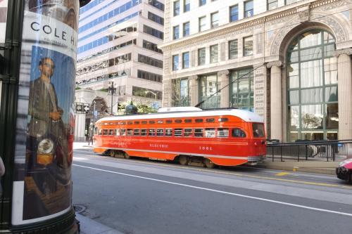 地下鉄から上がると、ビジネス街風のビルが並んでます。