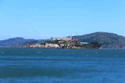 食後に海沿いをお散歩。<br />正面に見えるのは、アルカトラズ。