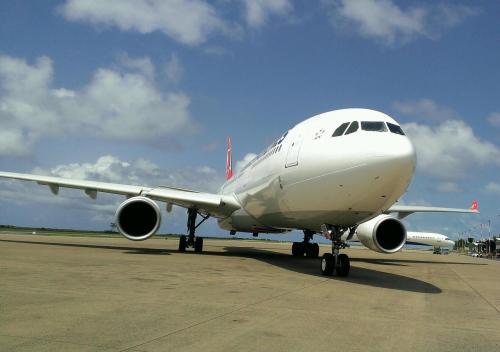貴重なアングルショット。<br />飛行機好きな観光客は万国共通。<br />皆、入国忘れて撮影タイム(笑)<br />モルジブでまさかのサプライズ\(^^)/