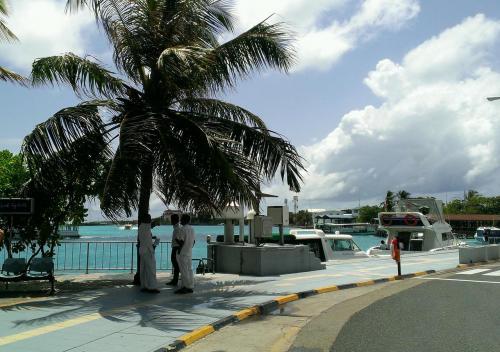 空港を一歩出ると、目の前が各リゾートへ行くボート乗り場。<br /><br />おぉぉ青い!!!<br />雨季なのに、晴天でモルジブ入りできるなんて、神様ありがとうございます(^^)